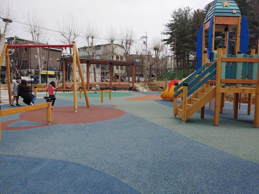 어린이 놀이터 바닥용 코르크가 적용된 모습 2.jpg